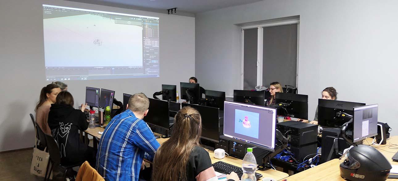 Studenci podczas pracy w pracowni komputerowej