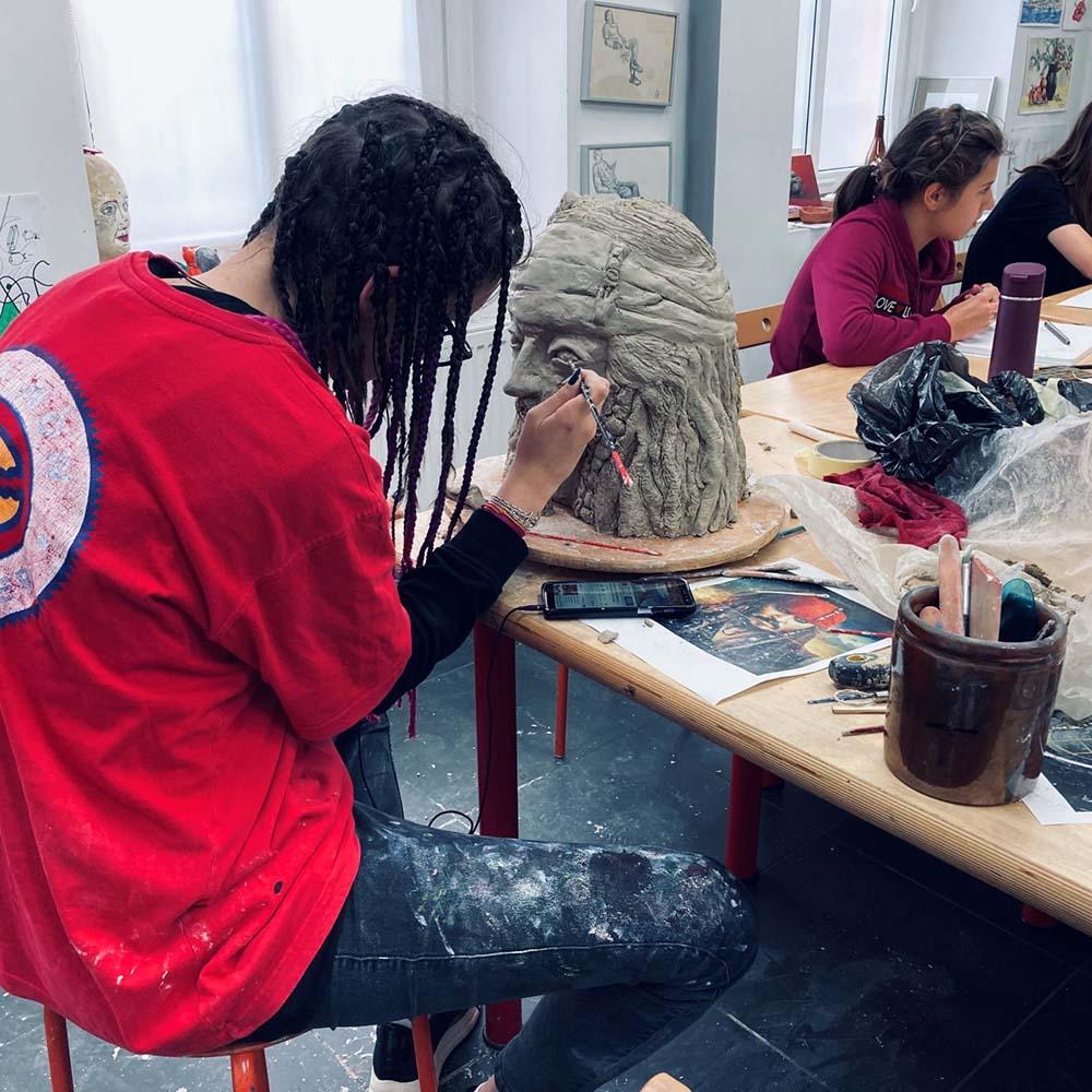 rzeźbiarka przy pracy